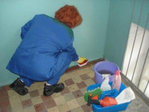 Должна ли уборщица мыть полы в коридоре в доме