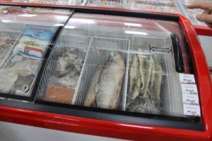 Рыба мороженая в ыкладка в магазине
